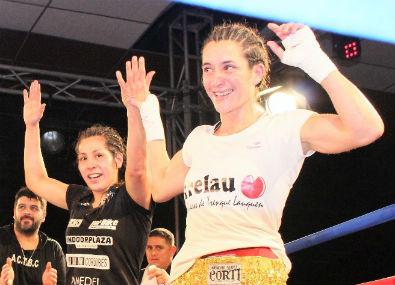 Final del combate, ambas saludan, pero sólo festejo Laura Griffa (remera blanca)